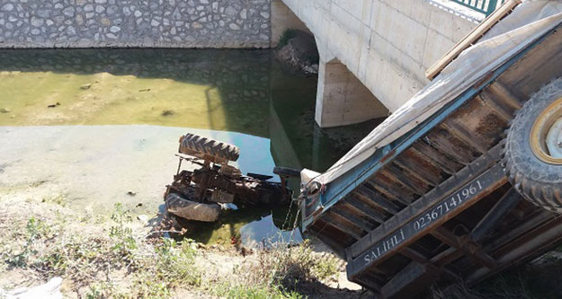 Traktör köprüden aşağıya uçtu