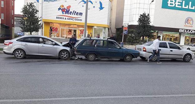 Takip mesafesi kazası: 3 araçlı zincirleme kaza