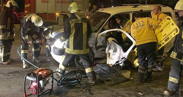 Sürücü araçta sıkıştı, itfaiye kapıyı kesti
