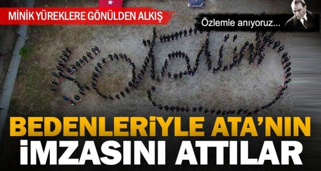Minik öğrenciler, bedenleriyle Ata'nın imzasını attı