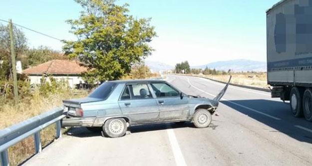 Traktöre çarpmamak için bariyerlere çarptı