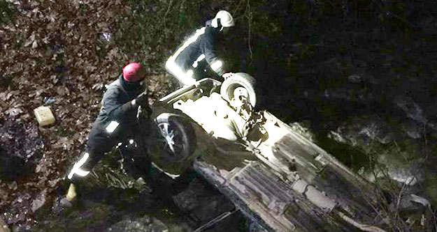 Araç dereye uçtu, 3 kişi yaralandı