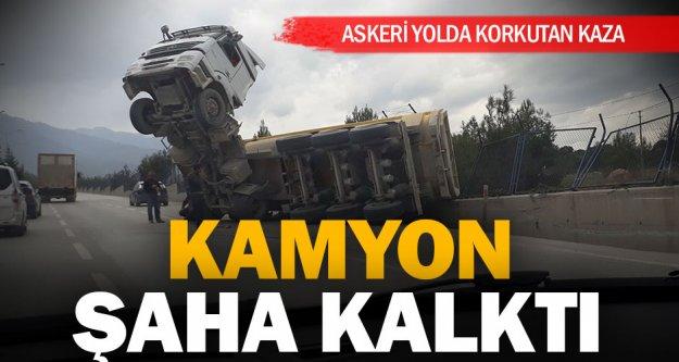 Askeri yolda kamyon kazası