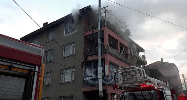 Evde yangın çıktı, 2 kişi dumandan etkilendi