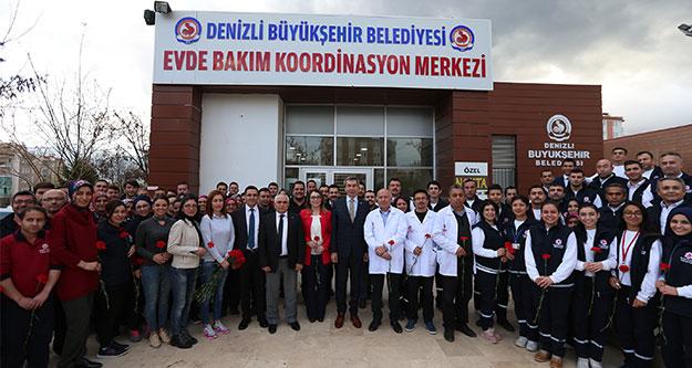 Evde Bakım ve Sağlık Merkezi çalışanlarına kırmızı karanfil