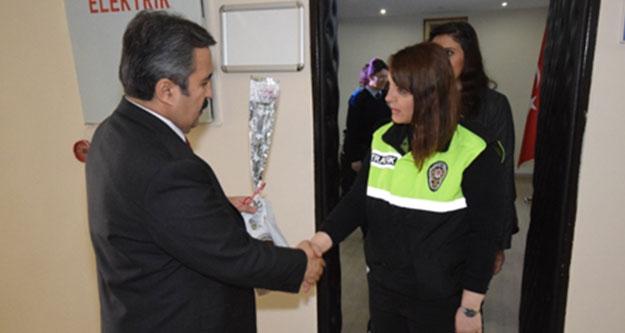 Müdür Demir'den kadın polislere övgü