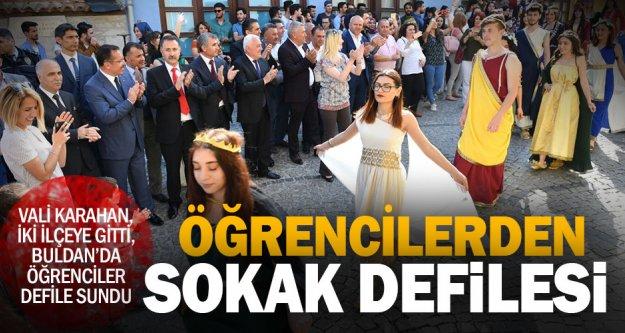 Vali Karahan, iki ilçeye gitti, Buldan'da öğrenciler defile sundu