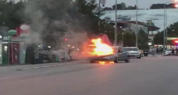 Seyir halindeyken alev alan otomobil yandı