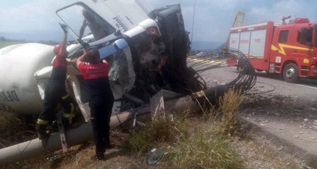 Beton mikseri direğe çarptı, sürücü böyle kurtarıldı
