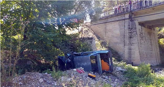Çameli'de otomobil köprüden uçtu sürücü yaralandı