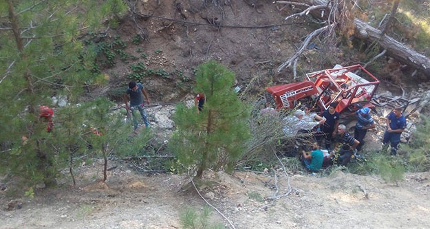 Traktör, sürücüsüyle beraber 50 metreden uçtu