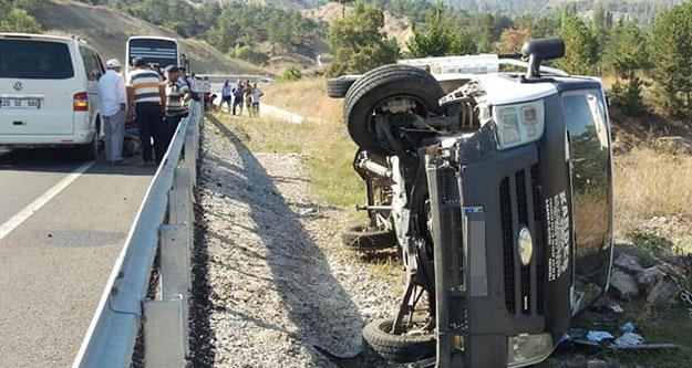 Lastiği patlayan kamyonet şarampole devrildi: 3 yaralı