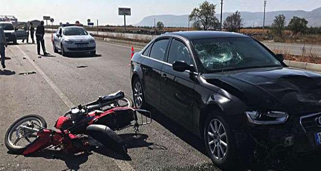 Motosiklet ve otomobil çarpıştı, motosiklet sürücüsü kurtarılamadı