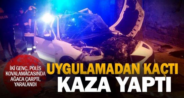 Polis kovalamacasında, kaçan gençler kaza yaptı