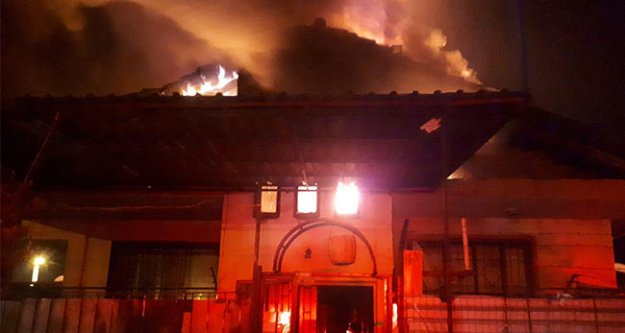 Çatı katındaki yangında 3 çocuk dumandan etkilendi