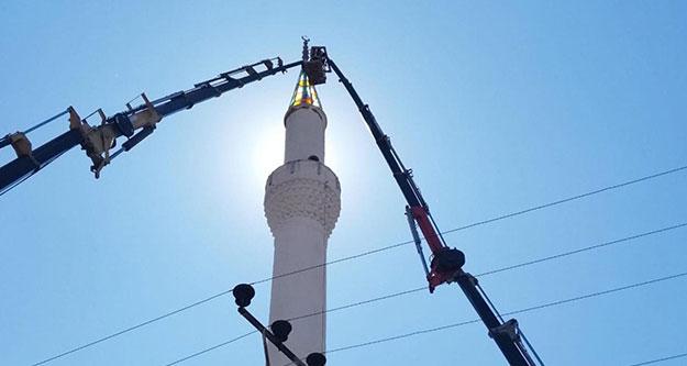 Depremde hasar gören minarenin külahı söküldü
