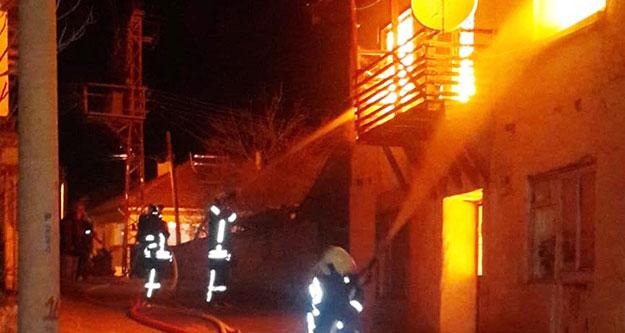 Çadırda kalan depremzedenin evi yandı
