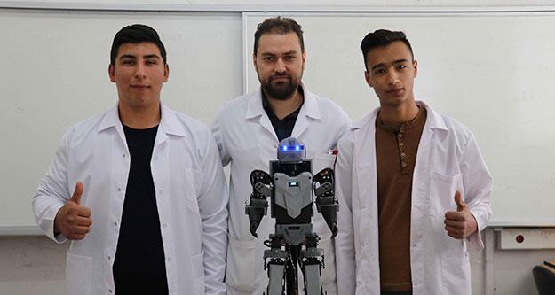 Lise öğrencileri insansı robot tasarladı