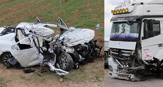 TIR ile otomobil çarpıştı: 1'i ağır 2 yaralı