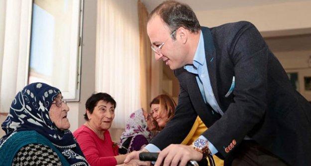 Huzurevindeki annelere ziyaret