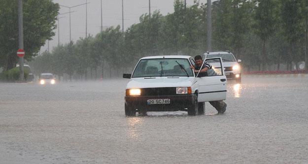 Denizli'de sağanak yağış hayatı olumsuz etkiledi