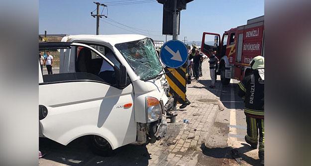 Kavşakta kamyonet ile hafif ticari araç çarpıştı: 2 yaralı