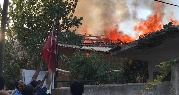 Metruk evdeki yangın camiyi de yaktı