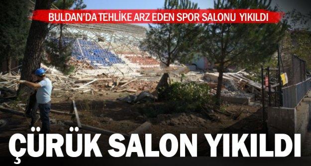 Buldan'da çürük olduğu için kullanılmayan spor salonu yıkıldı