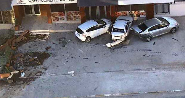 Otomobil kaldırıma daldı, 3 kişi yaralandı