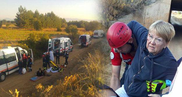 Turistleri taşıyan minibüs traktöre çarptı