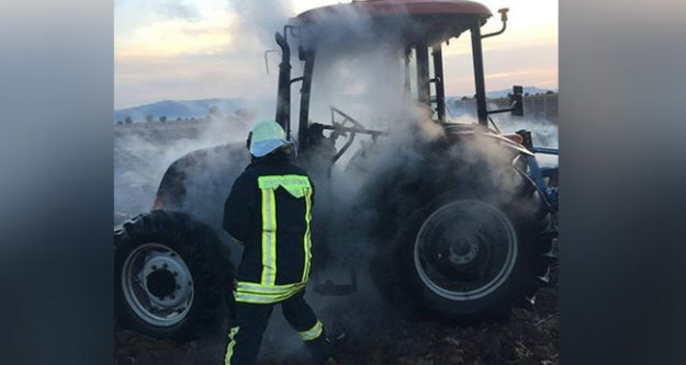 Tarla sürerken traktör yandı