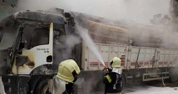 Tomruk yüklü kamyon yandı