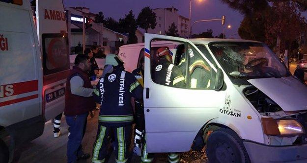 Kamyonet ve minibüs çarpıştı:  2 kişi yaralandı