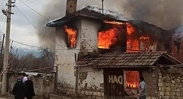 Acıpayam'da iki katlı ev çıkan yangında kullanılamaz hale geldi