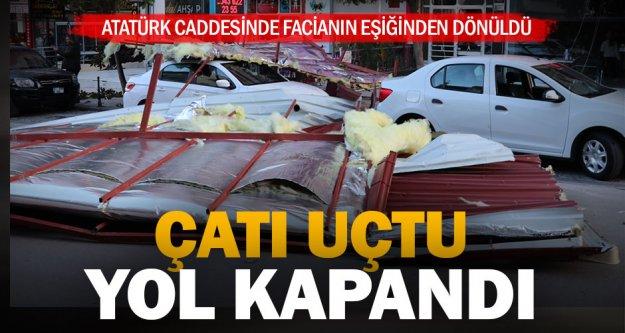 Atatürk Caddesinde çatı 5 aracın üzerine uçtu