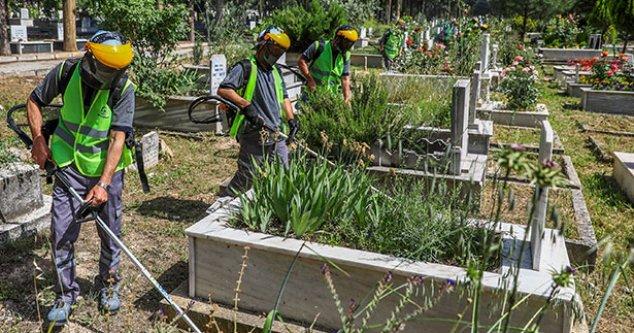 Büyükşehir, mezarlıkları temizliyor