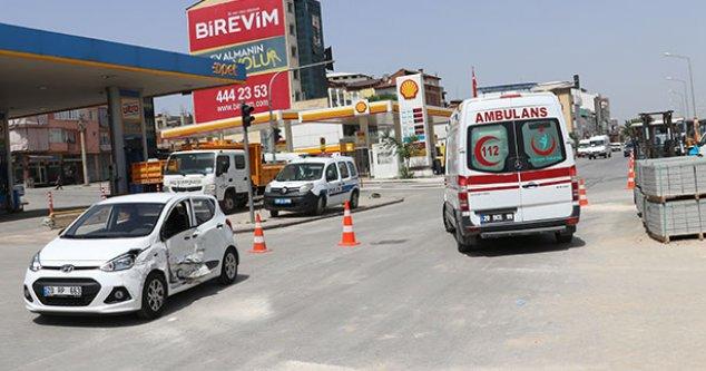 Denizli'de kamyonetle çarpışan otomobildeki 2 kişi yaralandı