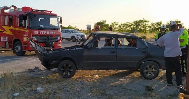 İki otomobil çarpıştı 3 kişi yaralandı