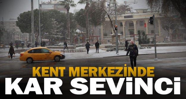 Denizli'de kent merkezinde kar yağdı
