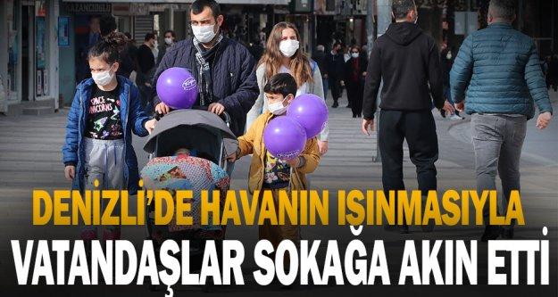 Denizli'de vatandaşlar Kovid-19 tedbirlerine rağmen kent meydanında yoğunluk oluşturdu