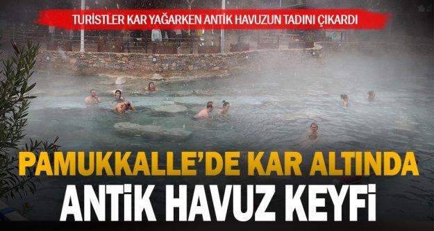 Pamukkale'de turistler kar yağarken antik havuzun keyfini çıkardı