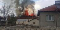 Çardak Gemiş'te yangın evi kül etti