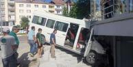 Minibüs binaya daldı, iki kişi yaralandı