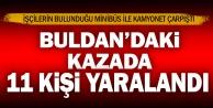Buldan'da minibüsle kamyonetin çarpışması sonucu 11 kişi yaralandı