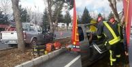 Pikap ağaca çarptı, yolcu araçta sıkıştı
