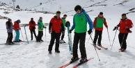 Gençler kayak öğreniyor