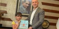 9 yaşında yazar oldu, ilk kitabını başkana hediye etti