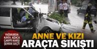 Kazada araçta sıkışan anne ve kızı kurtarıldı