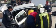 Bariyerlere çarptı, araçta sıkıştı