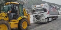 Kardan yolda kalan tırı belediye ekipleri kurtardı